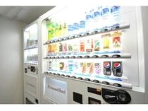 【自販機コーナー】ソフトドリンクにアルコール、カップ麺も販売。