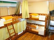 共同でお泊り頂く相部屋です。 個別のベッドの簡易カーテン、ベッドライトが備わっております(場合により