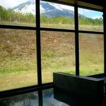 *[日帰り温泉館焼走りの湯]窓の外には雄大な岩手山の景色が望めます。