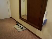 靴べら・エチケットブラシも姿見横にございます。