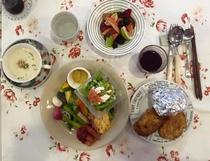 一泊目のパン食と野菜、スープ、フルーツ、ヨーグルト、