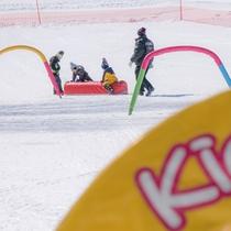 キッズパークで雪遊び
