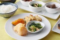 (和食例)焼き魚・煮物・香の物・納豆など白いご飯が進むメニューをご用意しております。