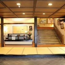 【帳場】玄関を入った帳場スペース。帳場横の階段を上がってお部屋へ・・・