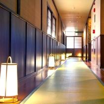 【廊下】落ち着いた雰囲気の館内は和の空間。