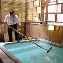 奈良屋の湯は温度管理や泉質管理を行う「湯守」によって、守られている