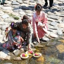 用瀬町『流し雛』の様子。一年間の幸せを願って3月に開催されます。