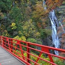 赤いつり橋から見る『三滝渓』の景観。