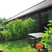 *【お庭】一部屋ごとに、低い石垣で区切られたお庭がございます。