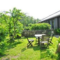*【お庭】庭には一年中、季節の花やフルーツが実っています。草木から感じる南国の四季をお楽しみ下さい。