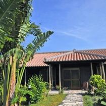 *【外観】屋根には本物の琉球瓦を使用。青空と植物とのコントラストが非常に鮮やかに映えます。