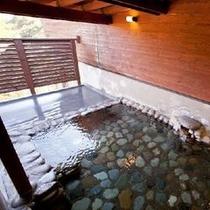 ホタルの灯とカエルの合唱とともに「美人の湯」露天風呂