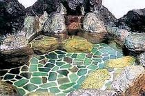 湯量たっぷり、自慢の温泉岩風呂