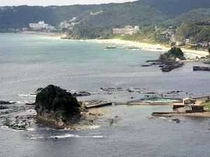 近隣には岩場の海もあります。