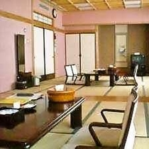 ≪部屋≫和室25畳■ トイレ(ウォシュレット)付♪仕切りで区切きれます♪TVも入り口も二つ