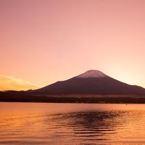山中湖と赤富士