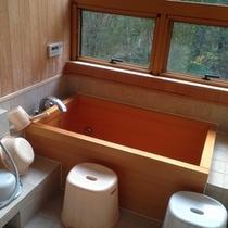 【お風呂】 ヒノキ風呂。全面クリアーガラスから、キツネが覗くかも。