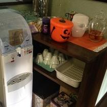 フリースペースの天然水、珈琲、紅茶、梅酒ご自由にどうぞ