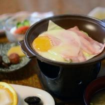【朝食例】生卵をご用意しておりますので、<目玉焼きor玉子かけご飯>お好きな食べ方でどうぞ♪