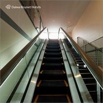 エスカレーターで2階のフロントカウンターへ。