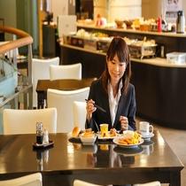 朝食風景 女性
