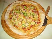 手作りピッツァはとってもクリスピー