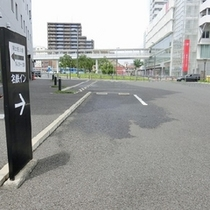 隣接した平面駐車場