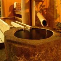 玄関先にある足湯も源泉掛け流しで。。。
