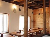 欅のテーブル席。