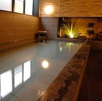 広い浴槽の大浴場