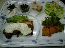 ご夕食メニュー例 【タルタルチキンとネギまぐろ等6品】