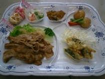 ご夕食メニュー例 【豚の生姜焼きといわしの香味揚げ等6品】