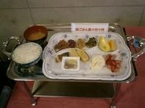 『朝ごはん』 あつあつのご飯にお味噌汁、大和芋のとろろ等をご用意致しております。