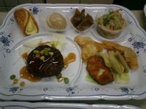 ご夕食メニュー例 【豆腐ハンバーグとカジキのねぎ焼き等6品】