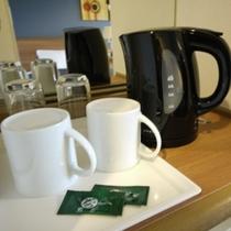 <客室設備>湯沸かしポット、カップ、お茶パック