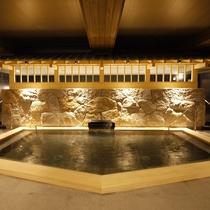 <檜風呂> 随所に木を使用し、木のぬくもりを感じさせる和の湯。