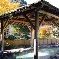 半蔵の湯。紅葉の頃。山も色付き。目にも美しいです。