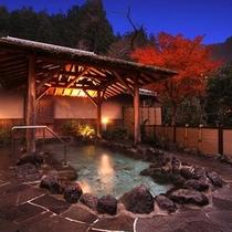 半蔵の湯。夜。静かな山里の静寂の露天風呂。