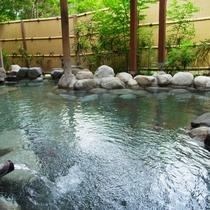 早朝の岩露天風呂。鳥の囀りを聞きながら、澄んだ空気の中浸かる温泉…最高です♪