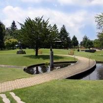お散歩に最適な当館に隣接する2万坪の彫刻公園