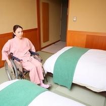 ◇【バリアフリー和風ツイン】ベッド際の様子。車椅子の移動も楽なゆとりのあるスペース。
