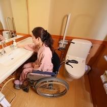 ◇【バリアフリー和風ツイン】洗面所の様子。洗浄機付きトイレ設置。お風呂は貸切露天をご利用ください。
