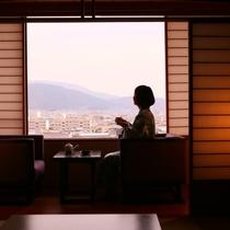◇【眺望室】景色とお茶を楽しむ女性