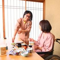 ■朝食の様子。車いすも十分に入る食事処スペース