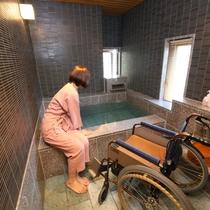◇【バリアフリー温泉付特別室】客室風呂の様子。椅子も設置してあります。
