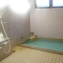 決して大きな浴室ではございませんが、泉質は抜群です♪