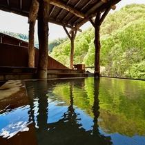 自然庭園と渓流を望む『女子露天風呂』
