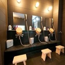 温泉洗い場。シャンプー・リンス・ボディーソープに泡洗顔まで♪