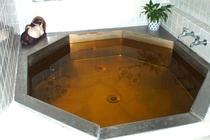 内湯はユニークな八角形のハーブ湯で冬もぽっかぽか。ゆうに5人は入れるのでご家族でも十分OK!