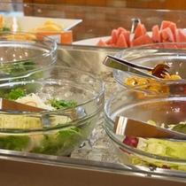 新鮮野菜が並ぶサラダバー